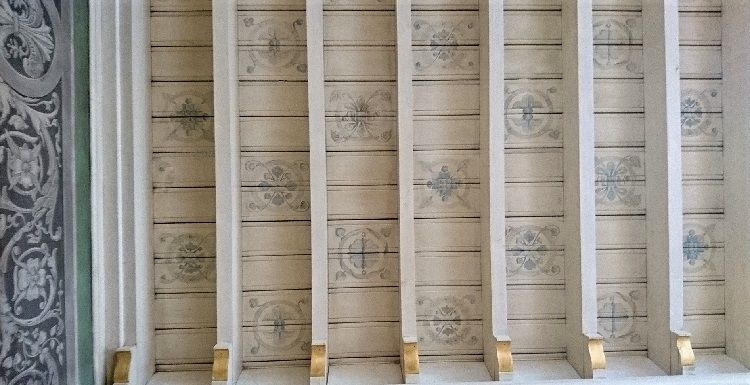 Sarte farver på bemalet træloft i Københavns Museum