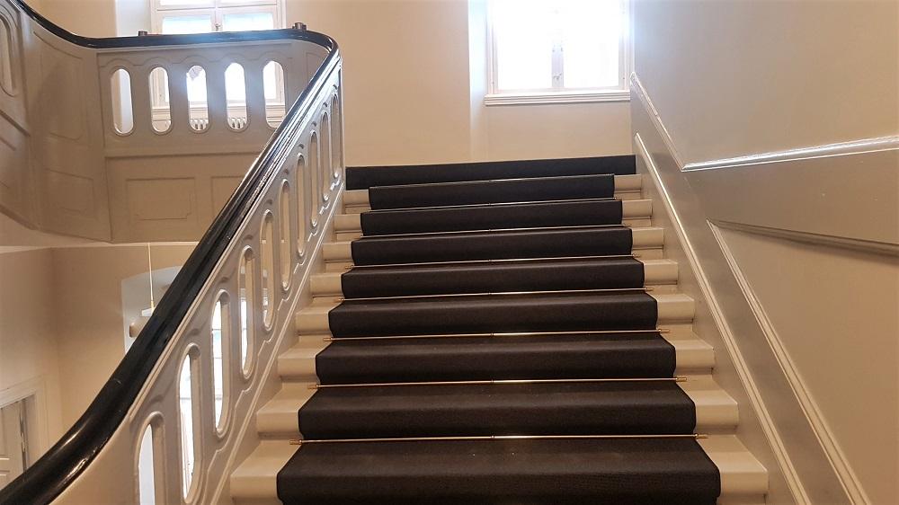 En trappe bygget til store kjoler